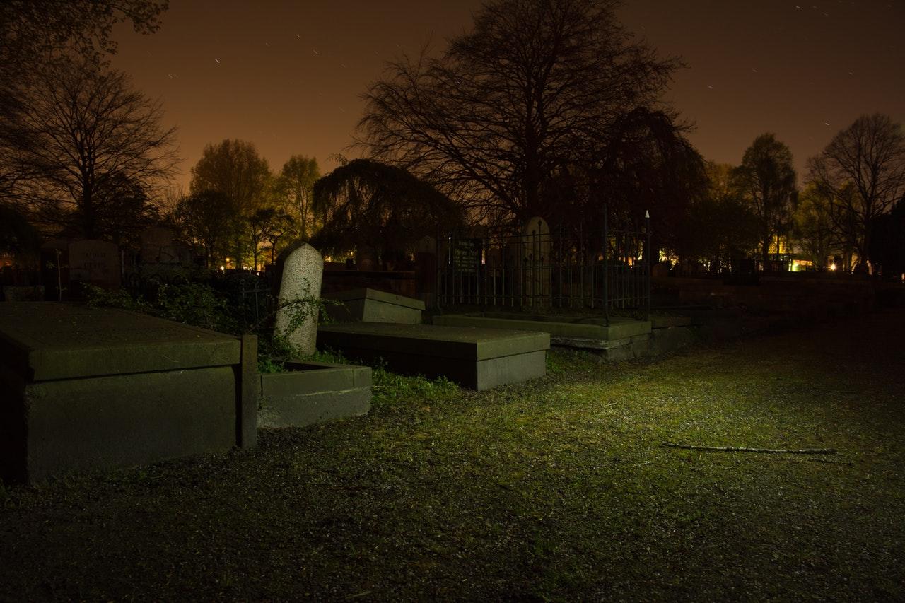 En kyrkogård om natten